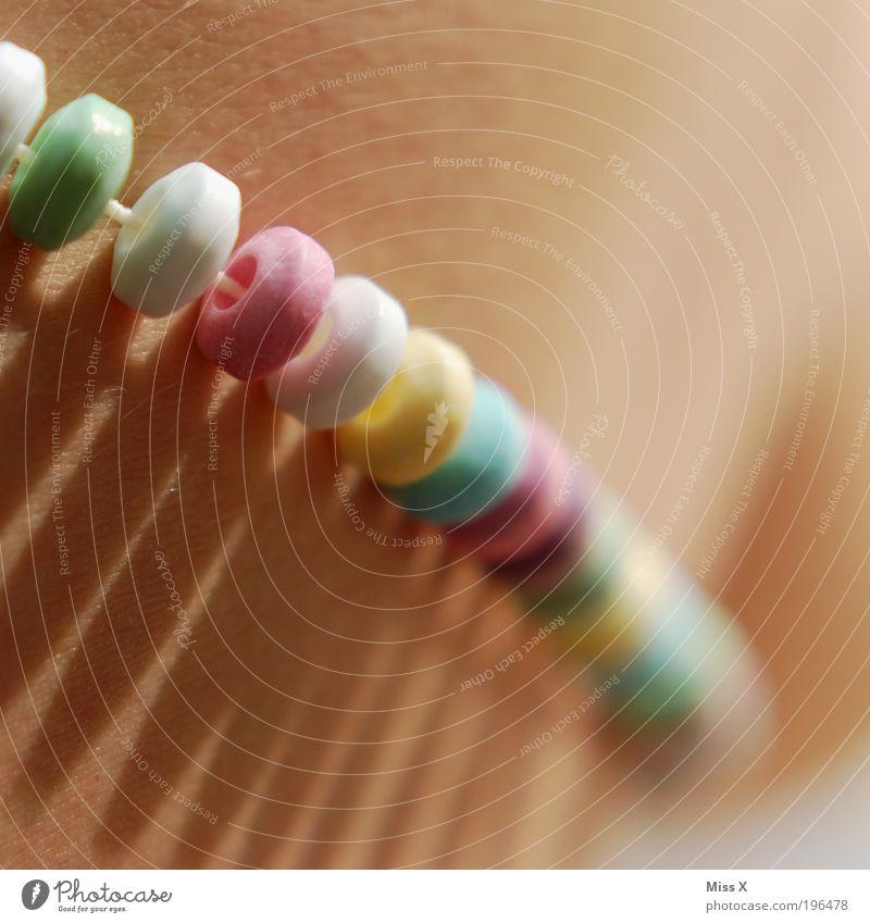 zum Anknabbern II schön Lebensmittel Haut Ernährung süß Übergewicht lecker Süßwaren Schmuck Hals Halskette Zucker Dessert Accessoire Detailaufnahme Mensch