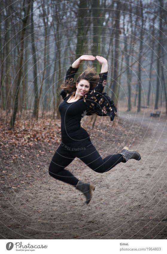 Anne feminin Frau Erwachsene 1 Mensch Tänzer Winter Baum Wald Wege & Pfade T-Shirt Hose Jacke brünett langhaarig Bewegung Blick Tanzen Freundlichkeit