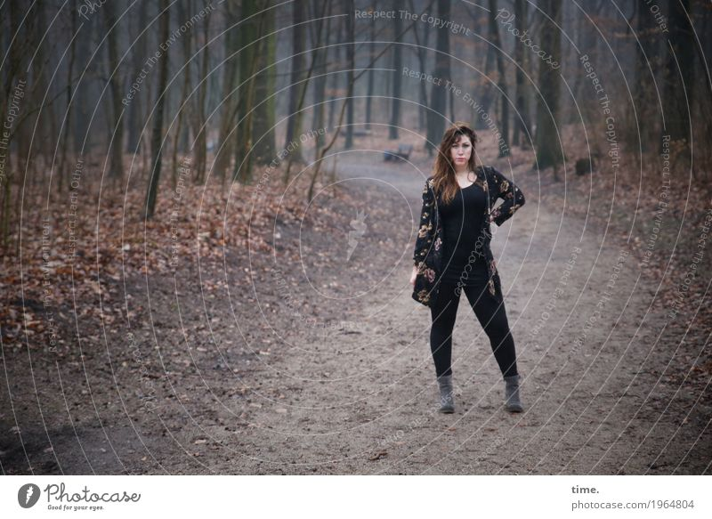 Anne feminin Frau Erwachsene 1 Mensch Wald T-Shirt Hose Jacke Stiefel brünett langhaarig beobachten festhalten Blick stehen warten schön selbstbewußt Coolness