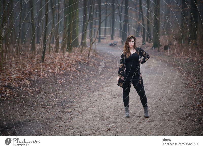 Anne Mensch Frau schön ruhig Wald Erwachsene Leben Wege & Pfade feminin ästhetisch stehen warten beobachten Coolness Neugier festhalten