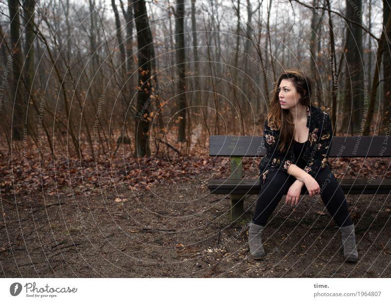 Anne feminin Frau Erwachsene 1 Mensch Wald T-Shirt Hose Jacke Stiefel brünett langhaarig Bank beobachten Blick sitzen warten schön selbstbewußt Wachsamkeit