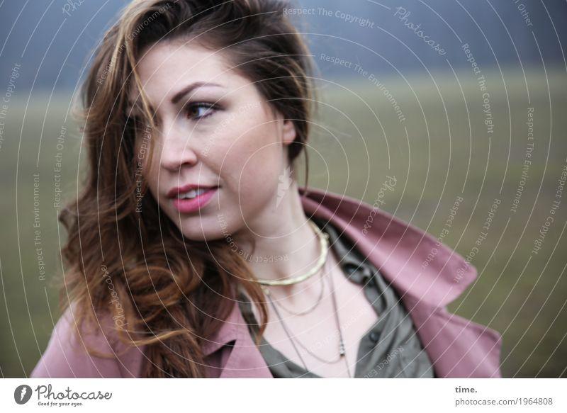 . Mensch Frau schön Erwachsene Wiese feminin Perspektive beobachten bedrohlich Neugier entdecken Gelassenheit Überraschung Konzentration Jacke Wachsamkeit