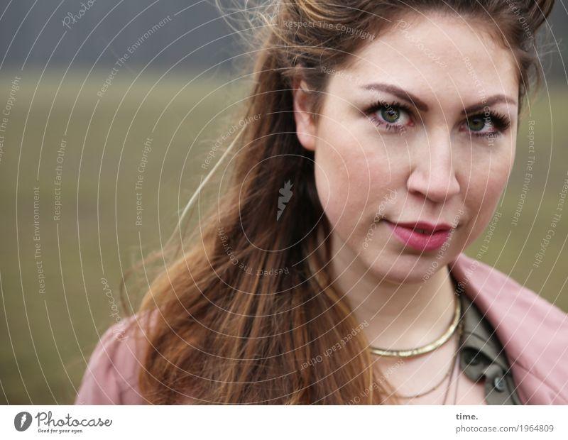 Anne feminin Frau Erwachsene 1 Mensch Park Wald Hemd Jacke Schmuck brünett langhaarig beobachten Blick warten schön selbstbewußt Wachsamkeit geduldig