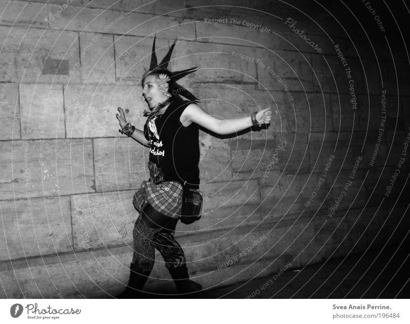 beim flunkyball spielen. Stil feminin Junge Frau Jugendliche Arme Hand 1 Mensch 18-30 Jahre Erwachsene Mauer Wand Fassade Bekleidung Rock Strümpfe Strumpfhose