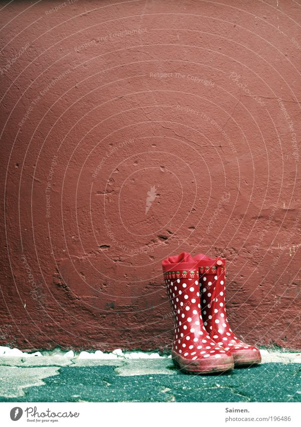 kindheitserinnerungen rot Freude Wand Kindheit stehen Punkt Schuhe Erinnerung Stiefel gepunktet Erfahrung Gummistiefel Schlamm kindlich Muster