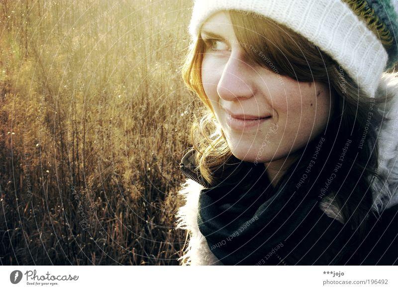skepsis. Frau Mensch Natur Jugendliche schön Winter Gesicht kalt Wiese feminin Wärme Zufriedenheit Feld Erwachsene gold ästhetisch