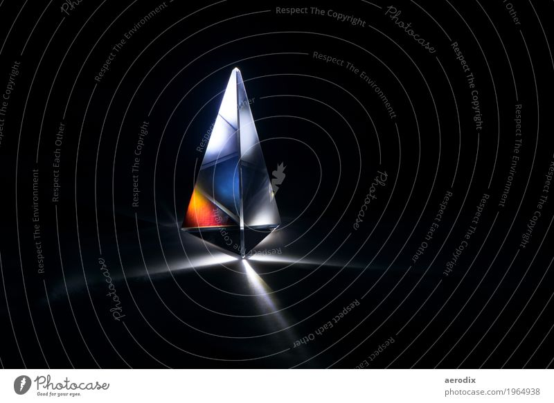 Glasprisma mit Lichtbrechung in bunten Farben schwarz Hintergrundbild Stil Kunst Schule Design Dekoration & Verzierung Studium Bildung Wissenschaften