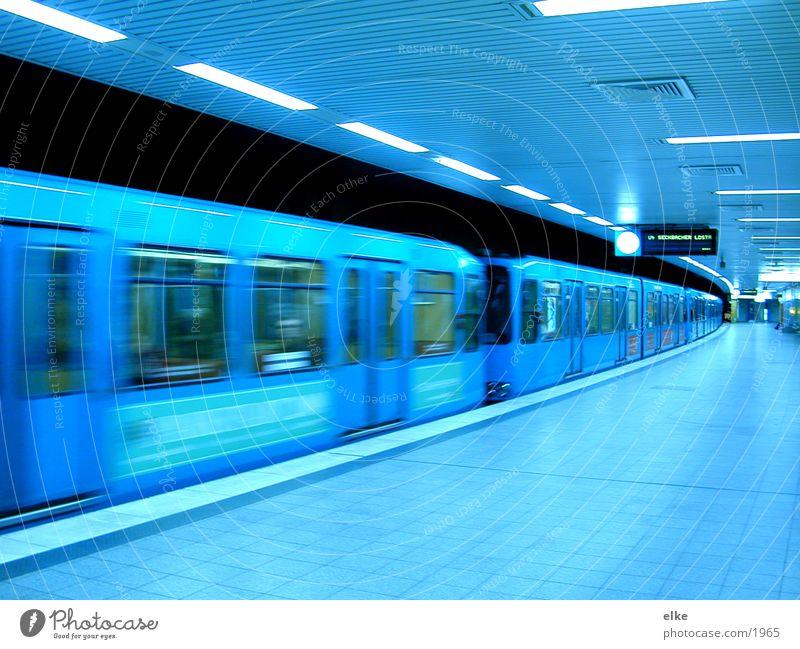 ubahn-abfahrt2 U-Bahn Gleise Fahrplan Fenster Verkehr