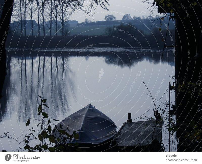 Stiller See ruhig Herbst Wasserfahrzeug