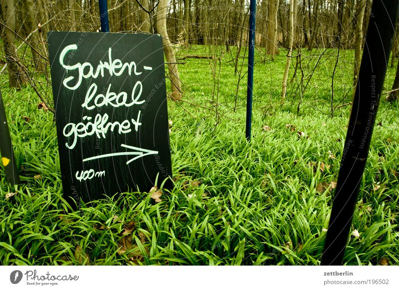 Gartenlokal geöffnet 400m Natur grün Ferne Wald Erholung Gras Frühling Park Ausflug Schilder & Markierungen Information Gastronomie Pfeil Tafel Kreide