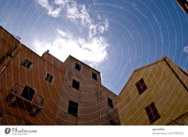 Schattenseite Himmel Wolkenloser Himmel Klima Wetter Schönes Wetter Italien Dorf Stadt Haus Platz Gebäude Architektur Fassade dunkel kalt trist Einsamkeit