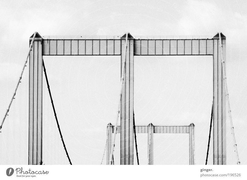 Rodenkirchener Brücke schön Architektur hoch Beton groß ästhetisch Bauwerk lang Stahlkabel Autobahn Fußweg Verkehrswege Köln Schwarzweißfoto Autofahren