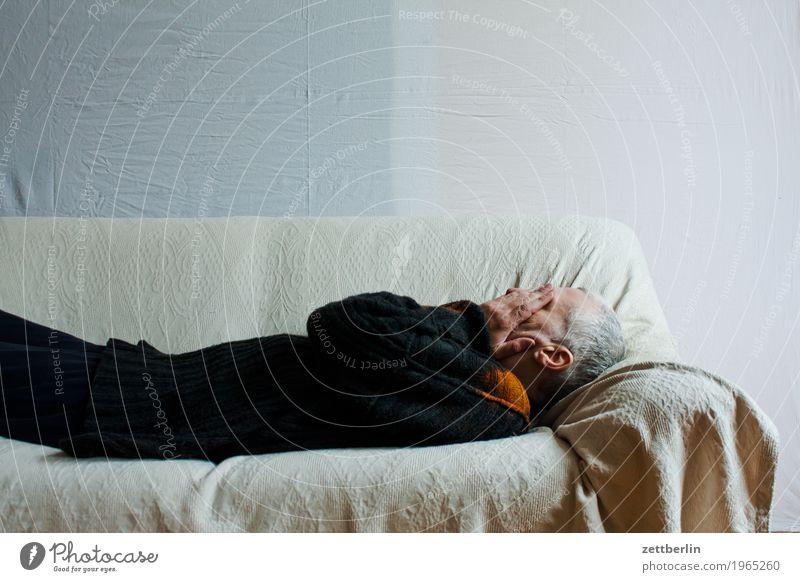 Liegen auf der Liege Bett liegen Sofa Mann Mensch schlafen Mittagsschlaf ruhen Textfreiraum Polster Decke weiß Trauer Traurigkeit Kopf Hand kalt verstecken