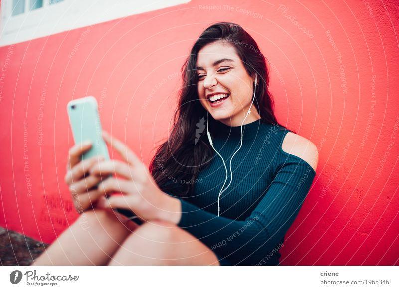 Glückliche kaukasische Frauen, die Musik am intelligenten Telefon hören Mensch Jugendliche Junge Frau Freude 18-30 Jahre Erwachsene Lifestyle feminin lachen