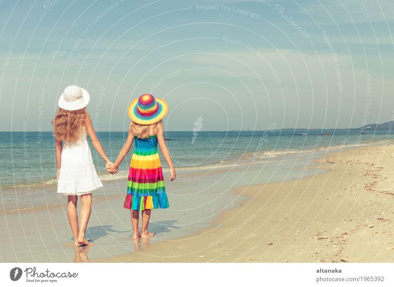 Glückliche Kinder spielen am Strand Lifestyle Freude schön Erholung Freizeit & Hobby Spielen Ferien & Urlaub & Reisen Freiheit Sommer Sonne Meer Schule Mensch
