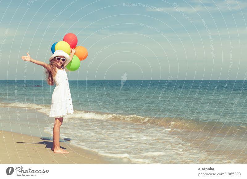 Jugendlich Mädchen mit den Ballonen, die auf dem Strand stehen Lifestyle Freude Glück Erholung Freizeit & Hobby Spielen Ferien & Urlaub & Reisen Ausflug