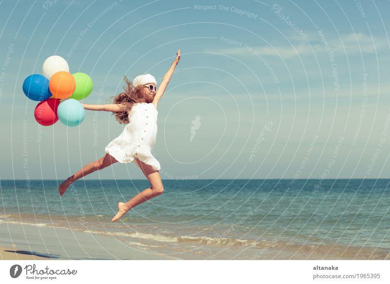 Jugendlich Mädchen mit den Ballonen, die auf den Strand springen Mensch Kind Frau Natur Ferien & Urlaub & Reisen Sommer Sonne Hand Meer Erholung Freude
