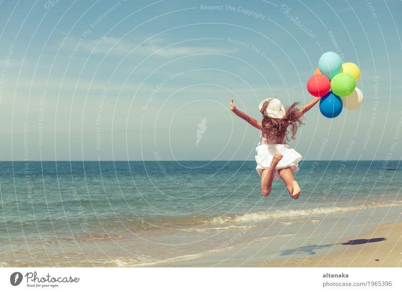Jugendlich Mädchen mit den Ballonen, die auf den Strand springen Lifestyle Freude Glück Erholung Freizeit & Hobby Spielen Ferien & Urlaub & Reisen Ausflug