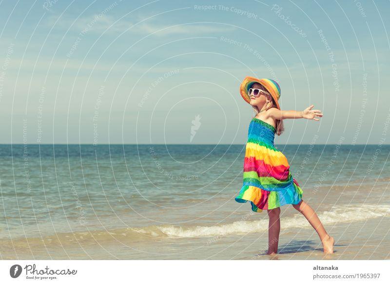 Kleines Mädchen, das auf dem Strand steht Mensch Kind Frau Natur Ferien & Urlaub & Reisen Sommer Sonne Hand Meer Erholung Freude Erwachsene Lifestyle Gefühle