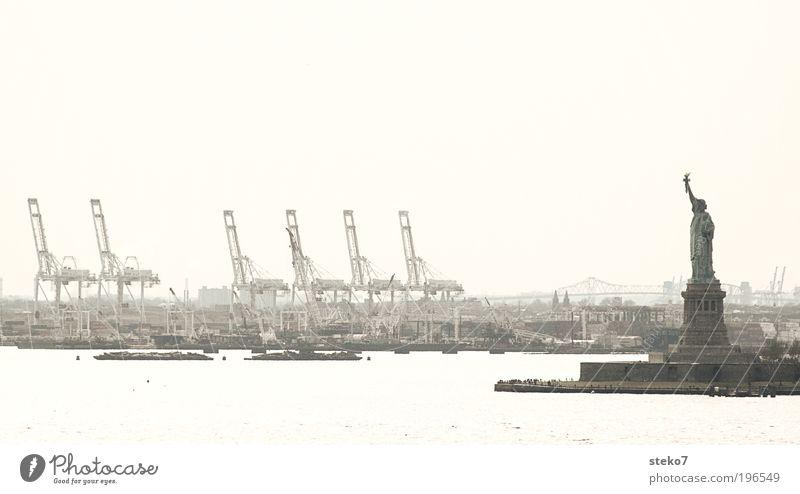 Freiheitstatuen-Doppelgänger-Wettbewerb Hafenstadt Sehenswürdigkeit Wahrzeichen Freiheitsstatue außergewöhnlich retro trist New York City Kran Containerterminal