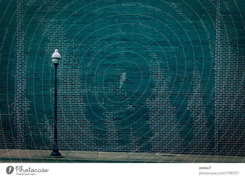 Laterne im Bad Stadt Mauer Wand kalt trist grau grün Fliesen u. Kacheln Strukturen & Formen Fuge Gedeckte Farben Außenaufnahme Menschenleer Textfreiraum rechts