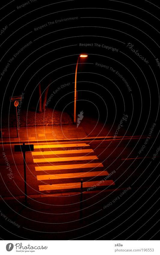 Albtraum Stadt Straße dunkel Angst Beton gefährlich gruselig Bürgersteig Straßenbeleuchtung Nacht Misstrauen Verkehrszeichen Zebrastreifen Wege & Pfade