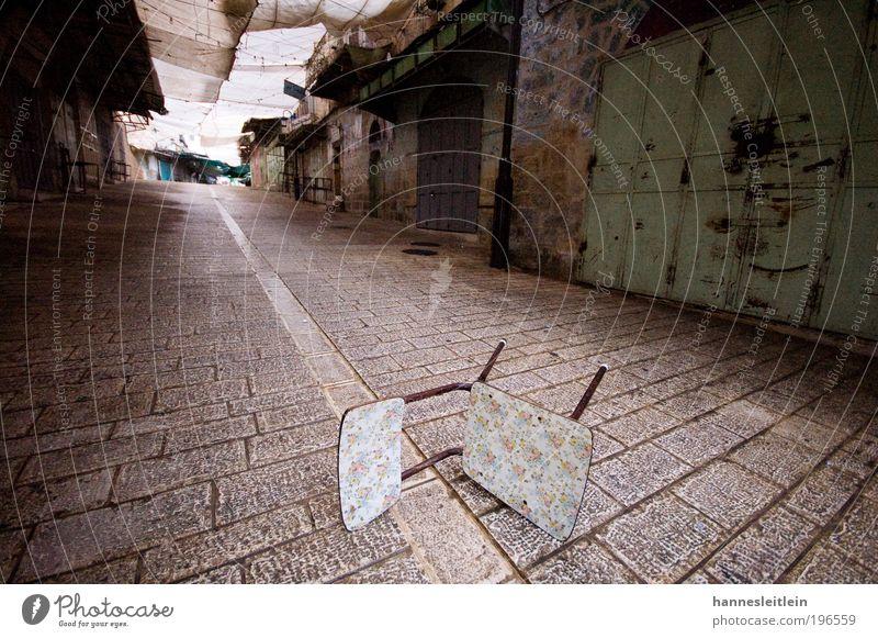 Stuhlgang Stadt Haus Straße liegen verrückt einzigartig Frieden Möbel Wut Sehenswürdigkeit Gewalt bizarr Aggression Politik & Staat Ärger