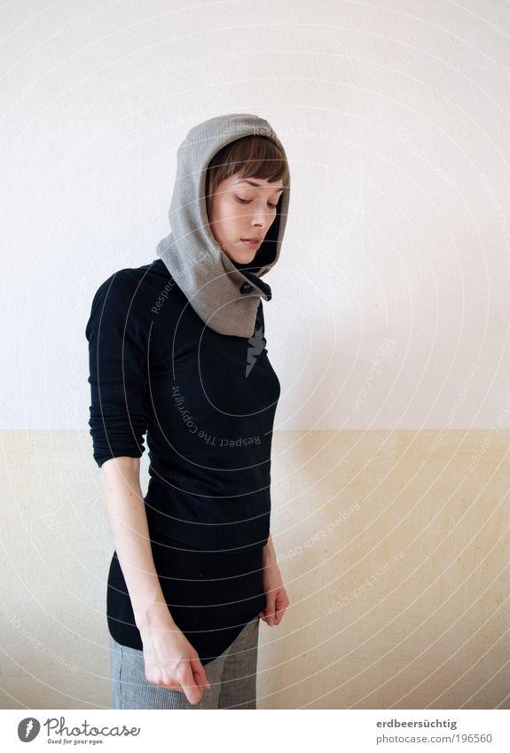 Blick nach Innen Junge Frau Jugendliche Leben Gesicht Hand Mode Bekleidung Kapuze kalt grau schwarz Stimmung ruhig Zufriedenheit Kraft In sich gekehrt