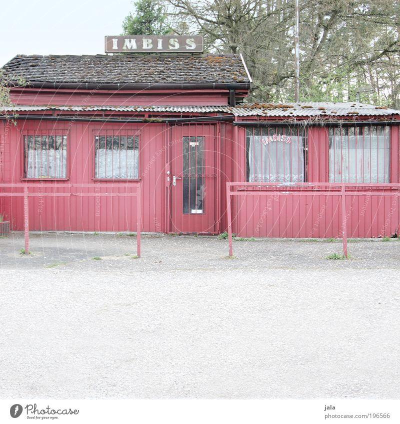 zeit für ein imbiss Ernährung Haus Hütte Platz Bauwerk Gebäude Fenster Tür Dach alt trist rot Imbiss Farbfoto Gedeckte Farben Außenaufnahme Menschenleer