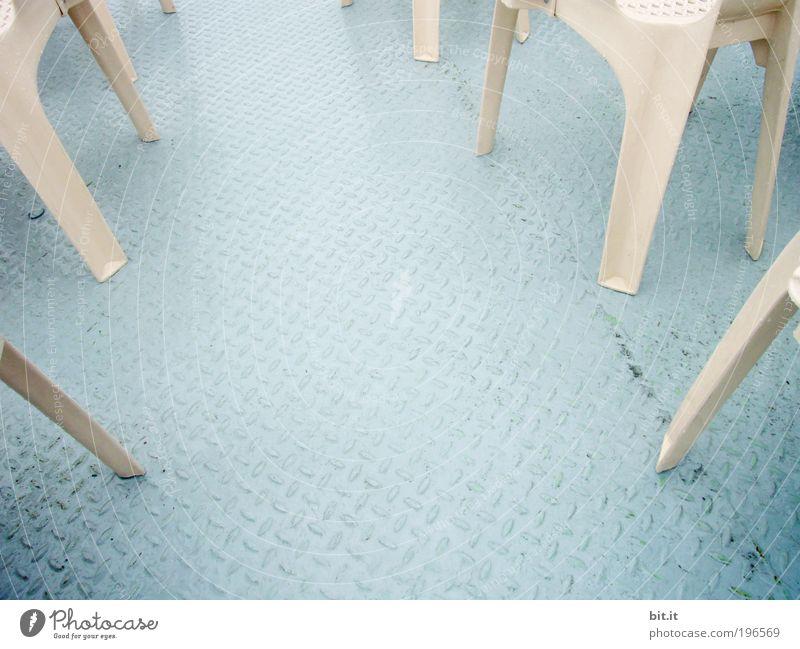 Beige Plastikstühle stehen zusammen auf dem Deck von einem Schiff. Metall Stahl unten blau Schiffsdeck Bootsfahrt Bootslack Stuhlgruppe Stuhlreihe stuhlbein