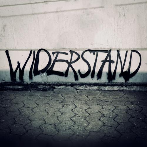 es tut sich was schwarz Wand Leben Graffiti Mauer grau Arbeit & Erwerbstätigkeit Schriftzeichen gefährlich bedrohlich Beton Jugendkultur Wut Mut Wachsamkeit
