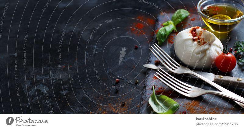 Italienischer Käse Burrata, Tomaten, Gewürze und Olivenöl Milcherzeugnisse Gemüse Kräuter & Gewürze Öl Ernährung Vegetarische Ernährung Italienische Küche Gabel