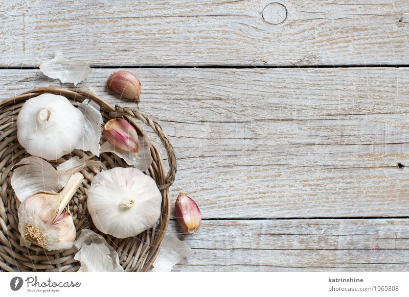 Organischer Knoblauch auf der alten Draufsicht des Holztischs Gemüse Kräuter & Gewürze Vegetarische Ernährung Tisch frisch grau weiß Verfall Knolle Gewürznelke