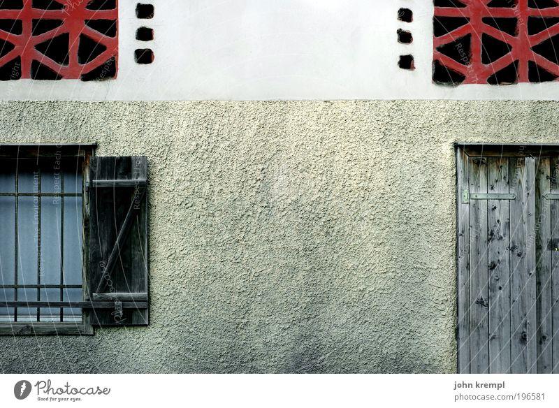 home! sweet home! alt Haus Fenster Wand Holz Architektur Gebäude Mauer Tür Fassade authentisch trist Vergänglichkeit Bauwerk Dorf