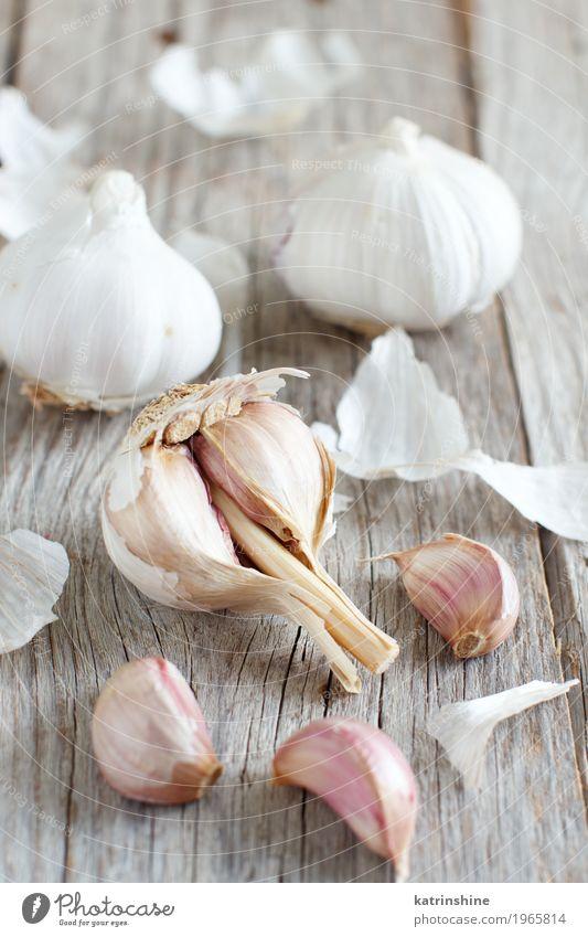 Organischer Knoblauch auf dem alten Holztischabschluß oben Gemüse Kräuter & Gewürze Vegetarische Ernährung Tisch frisch grau weiß Verfall Knolle Gewürznelke