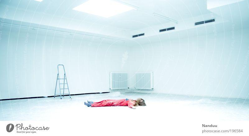Jetzt biste platt. Mensch Jugendliche weiß Erwachsene Innenarchitektur Raum liegen schlafen leer Pause 18-30 Jahre Junge Frau Umzug (Wohnungswechsel) Müdigkeit Renovieren Frau