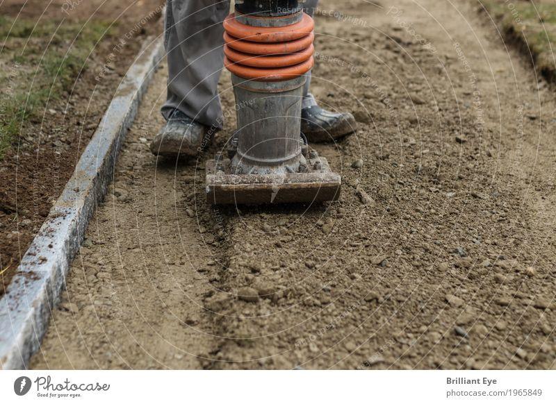 Platt machen Garten Beruf Handwerker Baustelle Baumaschine Mensch Beine 1 Natur Erde Arbeit & Erwerbstätigkeit laufen standhaft Bewegung Richtung stampfer