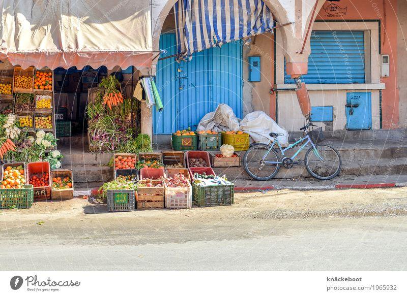 frisch kaufen Handel tiznit Marokko Kleinstadt Fußgängerzone Menschenleer Haus Marktplatz Mauer Wand Tür blau orange Farbfoto Außenaufnahme Textfreiraum unten
