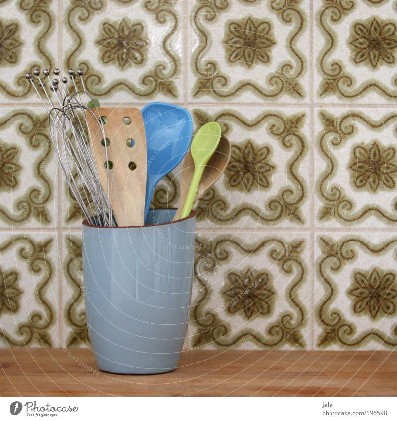 Küchenhelfer Kochlöffel Schalen & Schüsseln Dekoration & Verzierung Holz gebrauchen Fliesen u. Kacheln Helfer hell-blau grün Arbeitsplatz Farbfoto Innenaufnahme