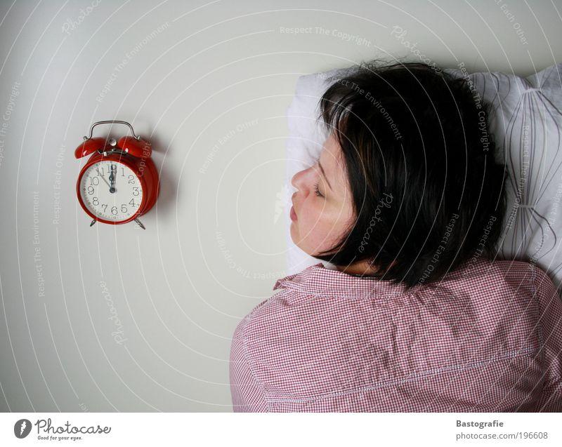 Mittagsschlaf feminin schlafen Wecker verschlafen Uhr Morgen träumen Frau Erholung Pause ruhig verrückt Bett Kissen Stress Traumland Geschnarche Schnarchnase