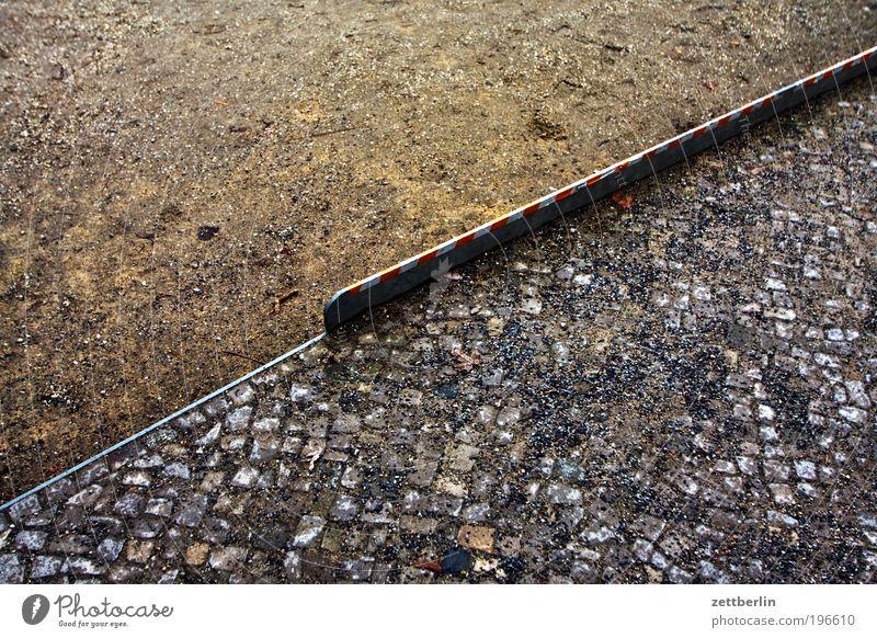 Kante diagonal Sand Kies Stein Pflastersteine Kopfsteinpflaster pflastern Bürgersteig Wege & Pfade Spaziergang Friedhof März Neukölln Schöneberg Mosaik stolpern