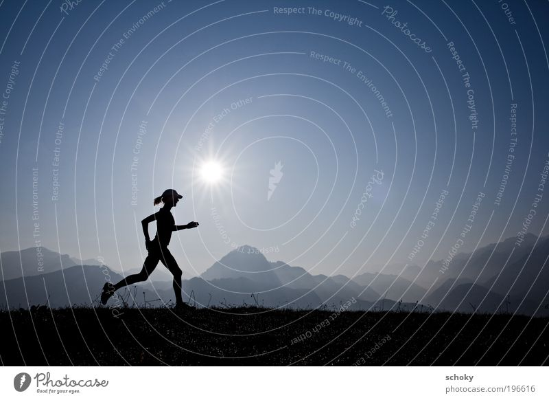 running morning Frau blau Sport Leben Wiese Berge u. Gebirge Freiheit Leichtathletik Landschaft Kraft Gesundheit Erwachsene Laufsport laufen Energie dünn