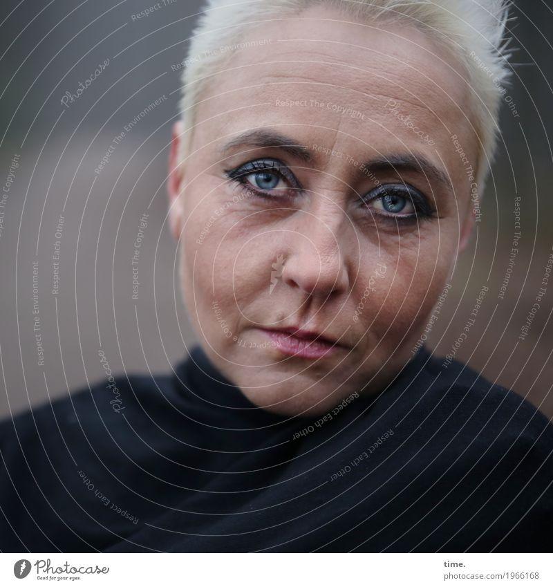 . feminin Frau Erwachsene 1 Mensch Stoff blond kurzhaarig beobachten Denken Blick dunkel schön selbstbewußt Willensstärke Verschwiegenheit Wachsamkeit