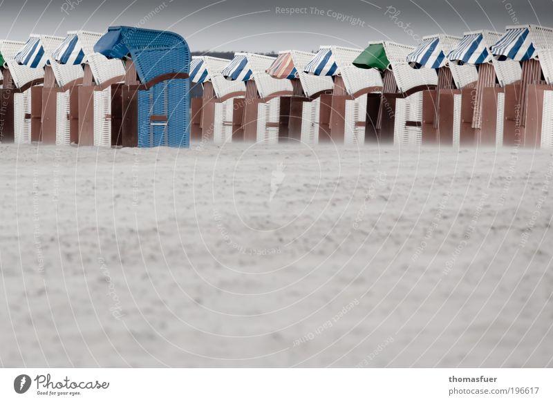 Aussenseiter Ferien & Urlaub & Reisen Tourismus Sommerurlaub Strand Meer Insel schlechtes Wetter Wind Sturm Küste Nordsee Ostsee Strandkorb Enttäuschung