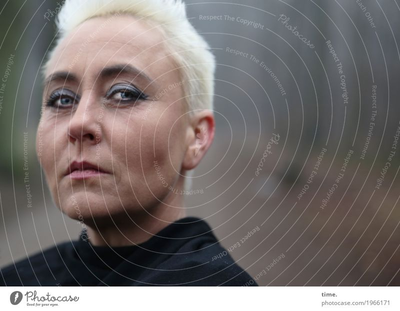 . feminin Frau Erwachsene 1 Mensch Wald Jacke blond kurzhaarig beobachten Denken Blick lernen warten authentisch dunkel schön selbstbewußt Coolness Kraft Mut