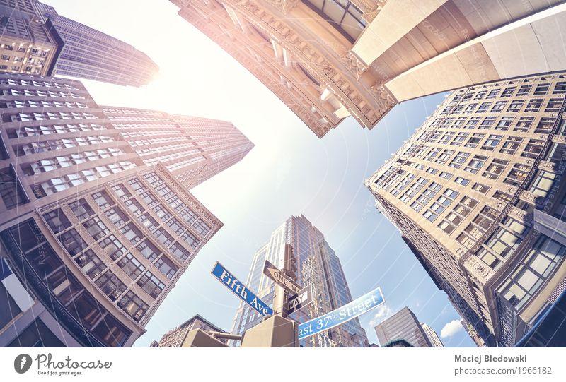 Weinlese stilisierte fisheye Objektivfoto von Wolkenkratzern in Manhattan. Sommer Sonne Straße Gebäude Business Arbeit & Erwerbstätigkeit Büro modern Hochhaus