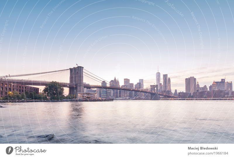 Brooklyn Bridge und Manhattan. Stadt Architektur Gebäude Hochhaus retro USA Brücke Turm Fluss Amerika Sehenswürdigkeit Skyline Wahrzeichen Gelassenheit