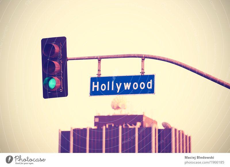 Weinlese tonte Hollywood-Straßenschild und Ampeln. Sommer Bauwerk Dach Satellitenantenne Verkehrszeichen Verkehrsschild trendy reich retro violett Los Angeles
