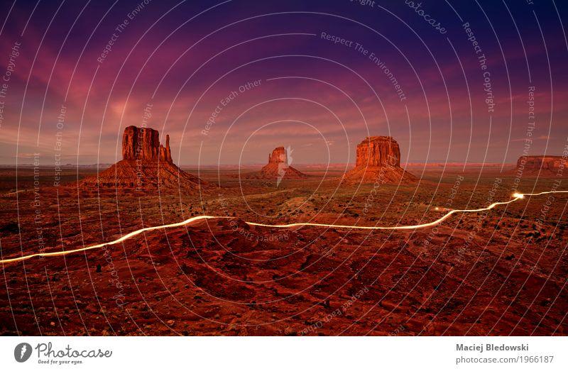 Autolichterspuren im Monument Valley nachts, USA Ferien & Urlaub & Reisen Sommer Landschaft dunkel Berge u. Gebirge Wege & Pfade Tourismus Felsen wild PKW