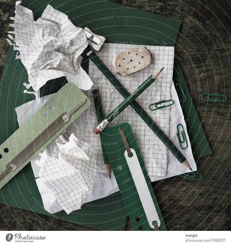 Chaos und Unordnung  auf dem Schreibtisch im Quadrat. Büroutensilien, wie Zettel, Bleistift, Hefter, Büroklammern Bildung lernen Studium